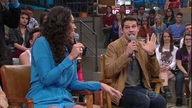 Convidados do Altas Horas fazem dublagem no Altas Horas - Débora Nascimento e José Loreto dublam cena de televisão