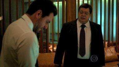 Robério e Alexandre conversam sobre a escolha da agência para desfile - O empresário fica irritrado com a insinuação de Robério