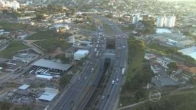 Acidente entre caminhão e moto deixa um morto na Avenida Cristiano Machado, em BH - O acidente deixa o tráfego complicado na via, na altura do bairro Guarani.