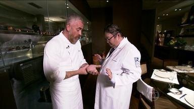 Alex Atala dá dicas para prevenir acidentes na cozinha - Por descuido, o chefe já sofreu um acidente, que quase amputou uma das mãos. Ele ensina a melhor forma de usar facas e raladores.