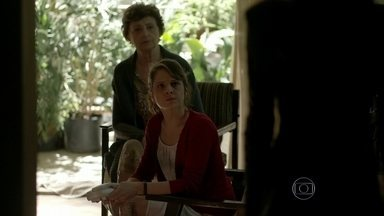 Angel passa a noite fora de casa e Carolina acerta as contas com a filha - Modelo perde a hora e fica na casa de Giovanna com Guilherme