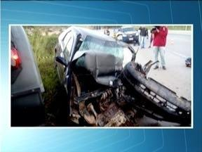 Homem fica ferido em acidente na BR-116 - Carro e caminhão bateram de frente.