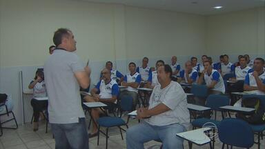 Eduardo Baptista vive experiência de comandar a sala de aula para ex-jogadores - Técnico do Sport vira literalmente professor no curso promovido pela Agape