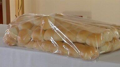Fiéis recebem o pãozinho abençoado de Santo Antônio em Corumbá - Devotos fizeram fila para pegar o pão e participaram de missa