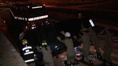 Carro com três pessoas tomba na Marginal Botafogo, em Goiânia - Veículo capotou ao tentar fazer uma curva que dá acesso à avenida. Nenhum outro carro foi atingido.