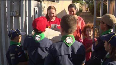 """Escoteiros arrecadam agasalhos para a campanha """"Doe Calor"""" - Crianças em Guabirotuba estão reunindo doações de roupas, cobertores, sapatos e colchões."""