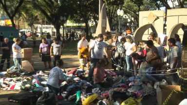 Voluntários transformam praça num grande bazar com roupas de graça - Iniciativa partiu de um grupo pequeno e atraiu um monte de gente