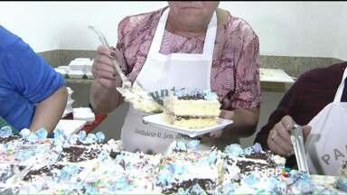 Fiéis celebram dia de Santo Antônio com bolo em Curitiba - No Santuário Nossa Senhora do Carmo, no Boqueirão, foi celebrada uma missa e comercializados os tradicionais bolos com santinhos.