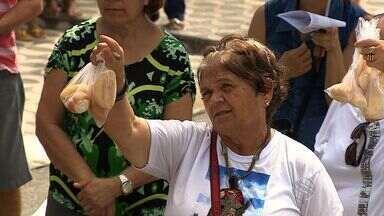 Tradicional pão de Santo Antônio é abençoado - Tradicional pão de Santo Antônio é abençoado.