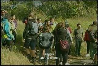 Grupo de atletas faz mutirão de limpeza em trilha do Castelinho em Petrópolis, no RJ - Época do ano atrai mais aventureiros ao local.