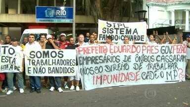 Motoristas de vans fazem protesto na Secretaria de Transportes do Rio - A Prefeitura proibiu, desde o sábado (13), proibiu a circulação de vans em trechos das zonas Norte e Sul e no Centro do Rio. Motoristas fazem, na manhã desta segunda (15), uma manifestação na Secretaria municipal de Transportes, em Botafogo.