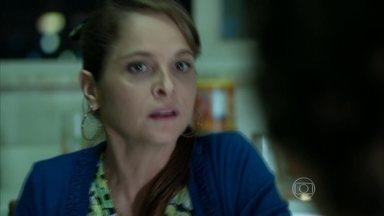 Carolina afirma a Hilda e Darlene que irá esperar por Angel - Ela explica que a filha participará de uma festa depois do desfile