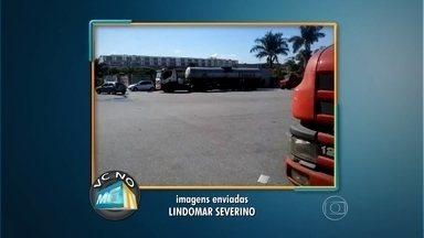 Carretas estacionam na contramão na entrada do bairro PTB, em Betim - Vídeo com flagrante foi enviado para o Whatsapp do MGTV.