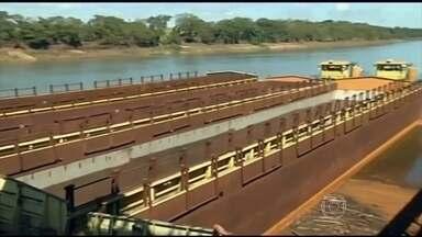 Seca na hidrovia Tietê-Paraná gera demissão de mais de mil trabalhadores - O porto de São Simão, em Goiás, virou um grande estacionamento. Hidrovia é estratégica para o escoamento de grãos e celulose de São Paulo, Mato Grosso do Sul, Goiás, Paraná e Minas Gerais.