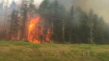 Incêndios florestais forçam saída de moradores no Alasca - Duzentos bombeiros tentam controlar as chamas. Mais de 40 casas foram queimadas. O vento está muito forte, o que facilita que o fogo se espalhe mais rapidamente.