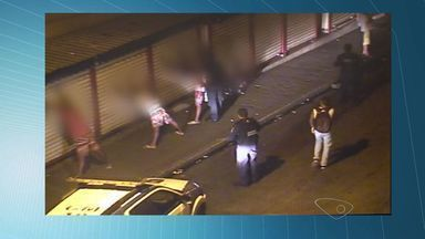 Quatro adolescentes picham muro e são detidos, em Vitória - Câmeras de segurança flagraram o momento da pichação.Eles foram levados para o DPJ de Vitória.