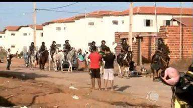 Famílias que invadiram imóveis no Torquato Neto são despejadas - Famílias que invadiram imóveis no Torquato Neto são despejadas