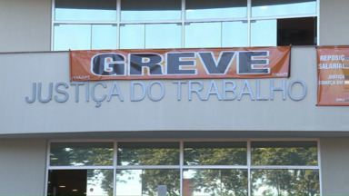 Servidores da Justiça do Trabalho entram em greve - Muita gente foi ao Fórum de Maringá em busca de serviços, sem saber da paralisação