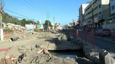 Obras atrapalham comerciantes na Av. Leitão da Silva, em Vitória - Poeira, falta de estacionamento e perigos na via desmotivam clientes.