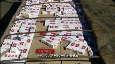 800 caixas de cigarro contrabandeadas foram apreendidas hoje pela manhã. - A apreensão foi feita pela Polícia Rodoviária Federal de Laranjeiras do Sul, na BR 77. O cigarro contrabandeado vinha do Paraguai com destino a Curitiba.