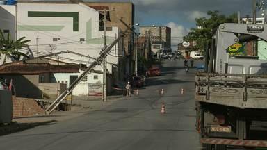 Poste cai no bairro do Monte Santo em Campina Grande - Depois de horas o poste foi colocado de volta no local.
