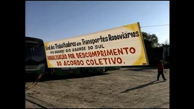 Rodoviários de duas linhas paralisam atividades em Rio Grande, RS - Mais de 100 trabalhadores querem pagamento até o quinto dia útil do mês e liberação do vale-refeição que estaria bloqueada.