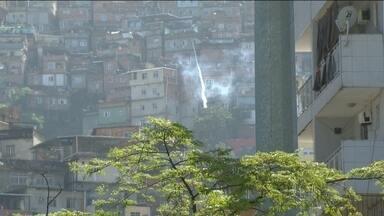 Tiroteio entre policiais e traficantes na Rocinha termina com um adolescente ferido - A polícia fez uma operação na comunidade, na zona sul do Rio de Janeiro e bandidos reagiram. Houve intensa troca de tiros. Um menino de 13 anos foi atingido por uma bala perdida