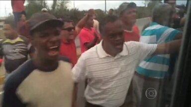 Senadores brasileiros são alvo de protesto Venezuela - A comitiva que foi à Venezuela visitar políticos oposicionistas tiveram que voltar para casa sem cumprir a missão. Eles foram barrados por um protesto de simpatizantes do governo de Nicolás Maduro e por bloqueios policiais no trânsito.