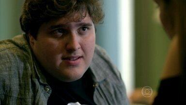 Eziel pede para conversar com Angel sobre Darlene - Alex marca encontro com a modelo