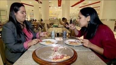 Entenda quando a motivação de comer é por compensação - Muitas vezes, as pessoas vão para a mesa sem entender as emoções que estão relacionadas àquela refeição. E muita gente enxerga a comida como uma forma de recompensa, uma fonte de prazer para aliviar momentos difíceis.