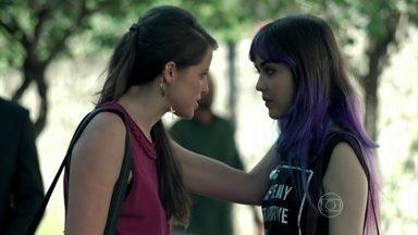 Giovanna convida Angel para jantar e revela armação para amiga - Filha de Alex diz que está querendo se aproximar de Angel para ir na agência de modelos