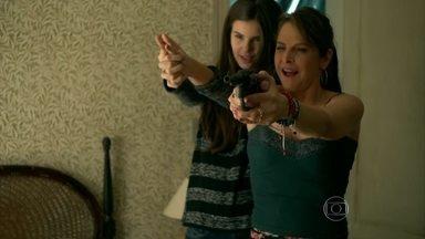 Angel desafia Carolina: 'Quero ver você atirar' - Sua mãe mostra como atirar de uma forma segura