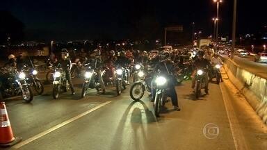 Motociclistas protestam após mulher morrer atingida por linha com cerol em BH - Acidente aconteceu no Anel Rodoviário
