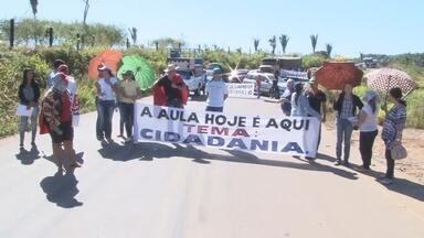Professores de Alto Paraíso pedem reajuste salarial - Em protesto, servidores da educação municipal pede que salário seja reajustado de acordo com o piso nacional.