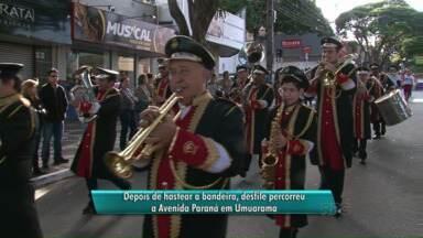 Desfile comemora aniversário da Capital da Amizade - Centenas de pessoas desfilaram pela Avenida Paraná. Hoje é feriado municipal na cidade.