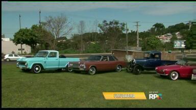 Logo mais às quatro da tarde, tem exposição de carro antigos no Lago Aratimbó - Exposição também faz parte da comemoração das seis décadas da cidade. A comemoração tem outras atividades no fim de semana.