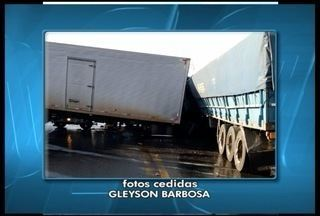 Um homem morre e dois ficam feridos em acidente na BR-251 depois de Francisco Sá - Acidente envolveu dois caminhões e três carretas.