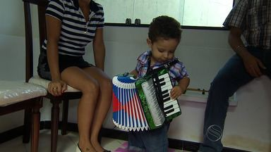 Criança se destaca ao tocar sanfona - Criança se destaca ao tocar sanfona.