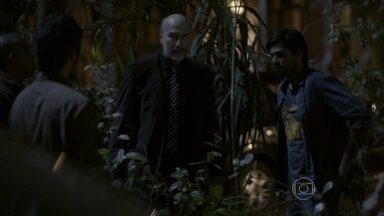 Heideguer manda seus capangas fazerem uma ação rápida e limpa - O advogado percebe que Gael chegou à casa de Haroldo antes dele e orienta seus capangas a agir sem chamar muita atenção