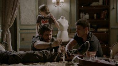 Malhação - capítulo de sexta-feira, dia 26/06/2015, na íntegra - Gael, Duca, Karina e Pedro chegam para ajudar Jade e Cobra