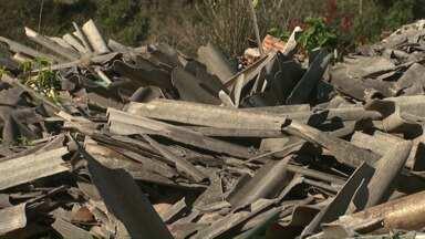 Restos de telhas de amianto continuam sem a destinação correta em Corbélia - As telhas foram quebradas durante uma chuva de granizo em 2013.