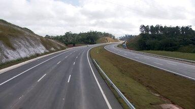 Tirar 20 mil carros todo dia da capital é a meta com o novo trecho do Rodoanel - A obra saiu com 15 meses de atraso. E o governo do estado promete multar a concessionária por causa disso.
