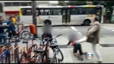 Adolescentes rendidos são agredidos durante tumulto na Gávea - Os adolescentes começaram uma briga, mas as pessoas que passavam na hora acharam que era um assalto e agrediram os jovens. Eles já estavam rendidos por policiais armados.
