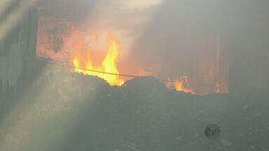 Bombeiros continuam combatendo incêndio em depósito irregular em Caldas (MG) - Bombeiros continuam combatendo incêndio em depósito irregular em Caldas (MG)