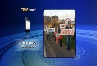 Grupo de moradores fecha rodovia em protesto contra falta de segurança - Um grupo de aproximadamente 100 moradores fechou a entrada principal de Mairinque (SP), no Km 65 da Rodovia Raposo Tavares, no fim da tarde desta sexta-feira (26). Eles protestam contra a falta de segurança no trevo de acesso ao município, motivados pela morte recente de uma motociclista no local. A manifestação - que começou às 17h - durou, aproximadamente, uma hora.