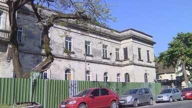 Mesmo após anúncio de reforma, Santa Casa continua abandonada, em Manaus - Nesta semana, ossada foi encontrada nas dependências de antigo hospital.
