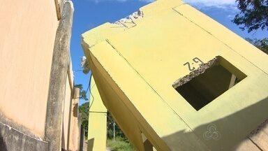 Ávore tomba e faz parte de muro e guarita do Compaj desabarem, no AM - Fato ocorreu na tarde desta sexta-feira (26) em unidade prisional na BR-174. Local foi isolado por policiais militares e deve passar por reparos.