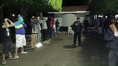 Polícia prende oito e acaba com festa rave em Apucarana - Esta é a quarta festa com menores e drogas que a polícia invade só neste ano na cidade. Oito pessoas foram autuadas e liberadas depois. Na chácara estavam também três menores que foram entregues aos pais.
