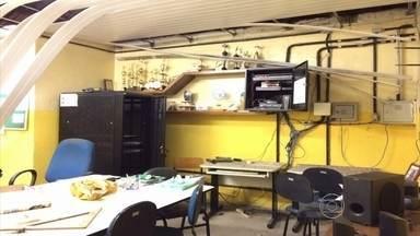 Escola é invadida por vândalos no Cabo de Santo Agostinho - Sala dos professores foi incendiada. Só este mês, a escola foi arrombada 11 vezes, de acordo com estudantes.