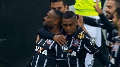 Love marca, Corinthians vence o Figueirense e encosta no G-4 - Timão faz 2 a 1 em casa. Atacante balança a rede e sofre pênalti convertido por Jadson
